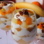 Deser z owocami, rodzynkami i jogurtem greckim