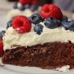 Brownie z bitą śmietaną i owocami