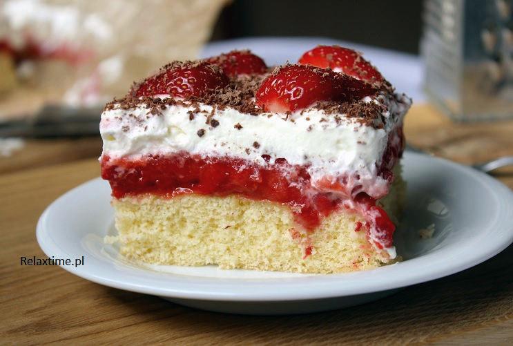Biszkopt + masa truskawkowa + bita śmietana = ciasto na lato