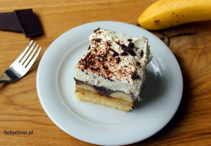 Ciasto serwowane na drewnianej desce dębowej