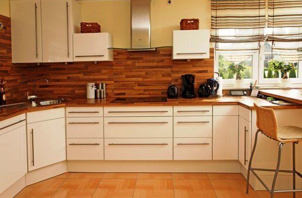Elementy drewniane na ścianie