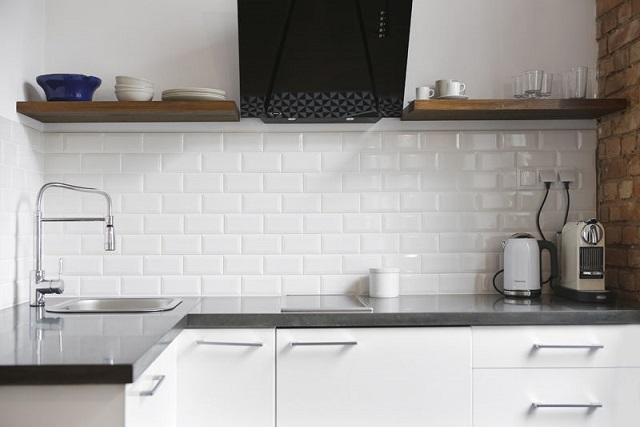 Białe kafle w kuchni