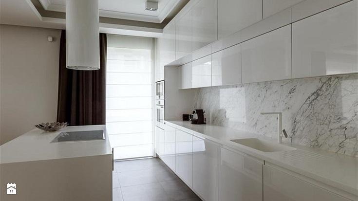 Biały granit na ścianie w kuchni