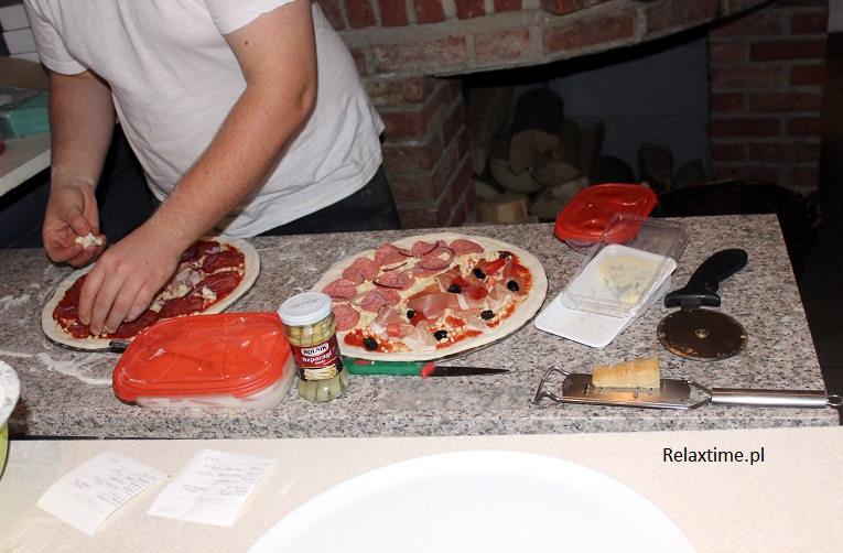 Przygotowywanie zamówionej pizzy