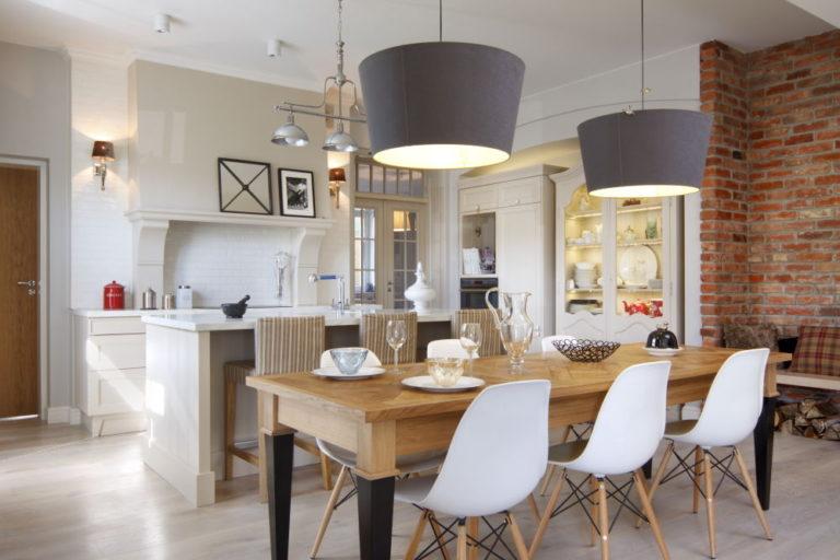 Wszystko na raz: kuchnia, wyspa i stół. Jak dla mnie trochę za dużo. Źródło: www.czasnawnetrze.pl