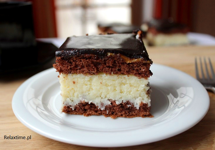 Biszkopt przełożony masą kokosową z polewą kakaową i krówkowym dodatkiem