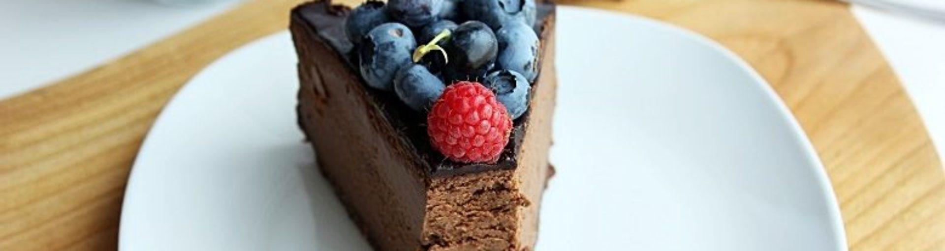 Sernik czekoladowy z owocami lata