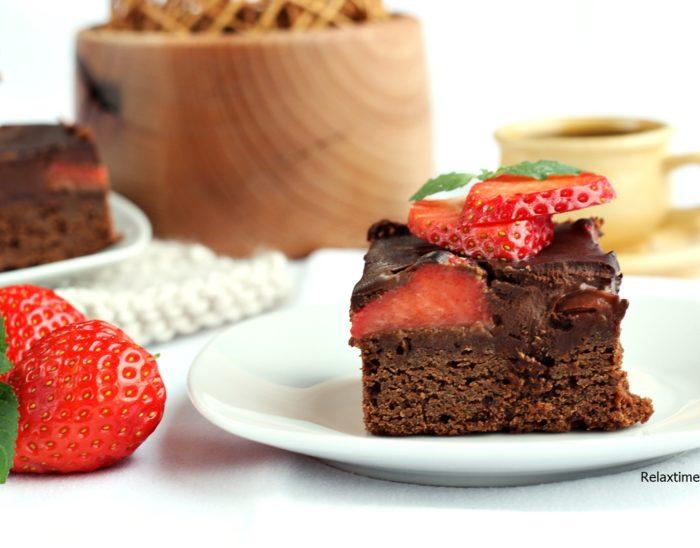 Brownie z truskawkami i czekoladą